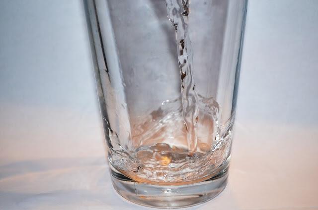 Jaką wodę pić – ciepłą czy zimną?